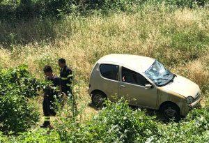 Auto si ribalta, 85enne alla guida resta incastrato: soccorso in condizioni gravissime