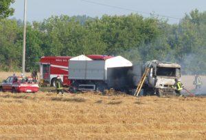 Camion in fiamme in un campo a Rottofreno, intervento dei vigili del fuoco
