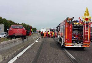 Scontro in A1, auto vola sul new-jersey tra Piacenza e Casale