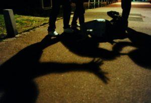 Settantenne e figlio affrontano due fratelli macedoni: rissa in strada, poi al pronto soccorso