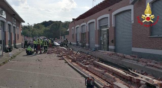 Crolla cornicione davanti al market, muoiono una mamma e due figli