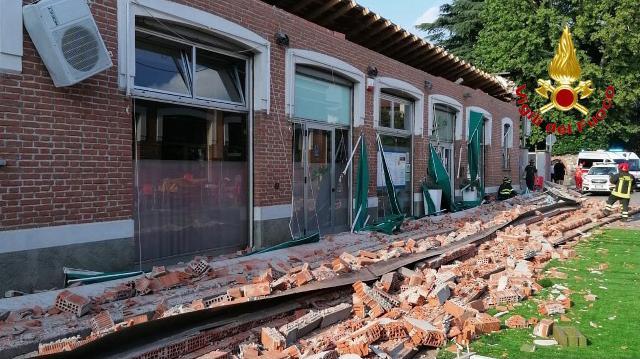 Crolla tetto di un edificio a Varese, ci sono delle vittime