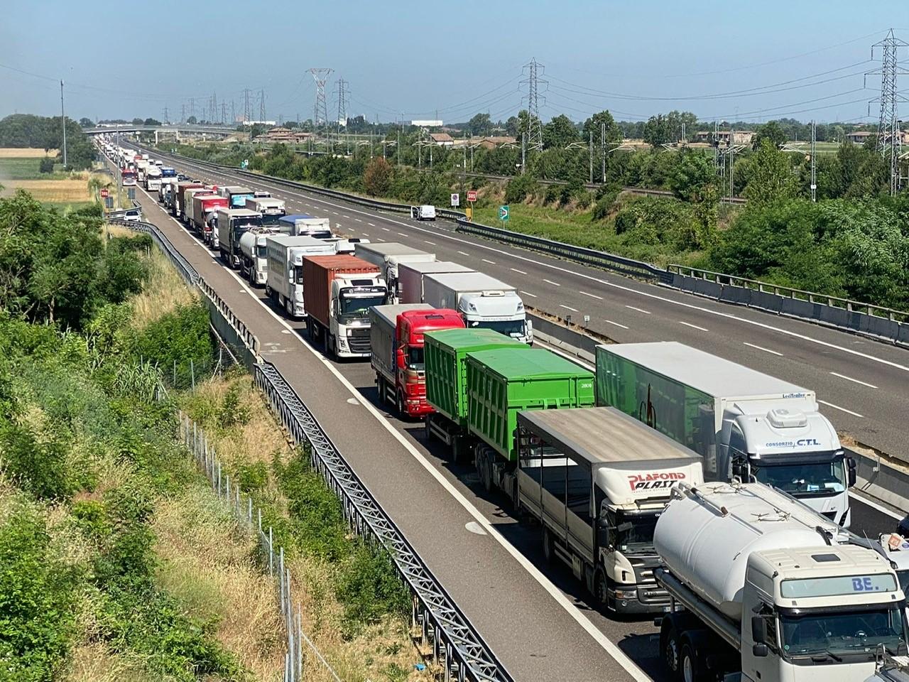 Autocisterna in fiamme sulla A1, morti due camionisti nel Piacentino. Autostrada bloccata